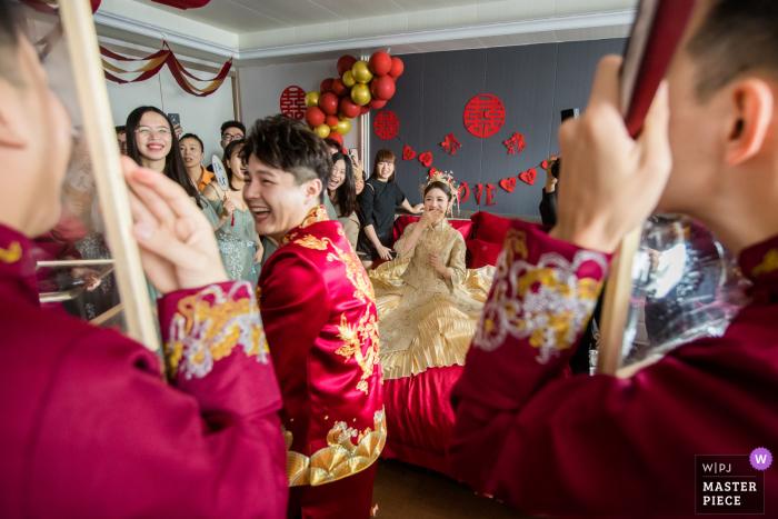 China wedding photo of groomsmen in Hangzhou Playing the door game