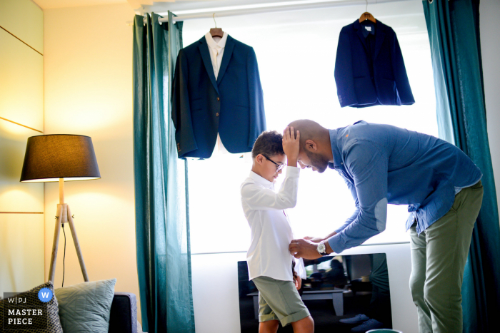 Lille wedding image of a moment between the groom and his son during the preparation in the morning