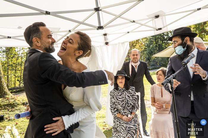 Occitanie Jewish Ceremony wedding photography showing the Bride and groom during wishes