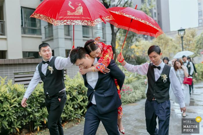 China Home wedding photography of the custom of the bridegroom carries the bride to the wedding car