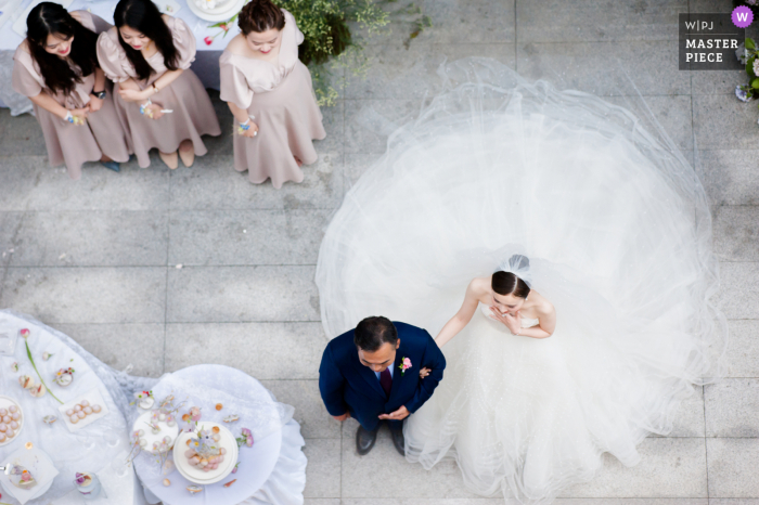 A wedding photographer in Guizhou created this image ofthe moment when the bride and father wait at the door before the wedding ceremony