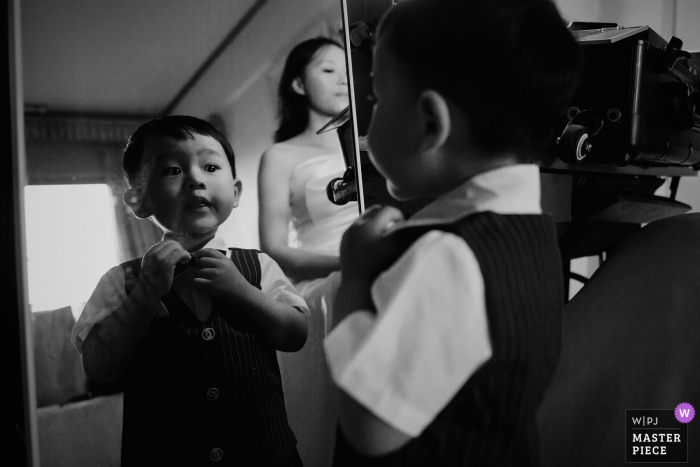 Best wedding photography from Fujian showing a pic ofthe preparatory session, the children who are sorting out their costumes