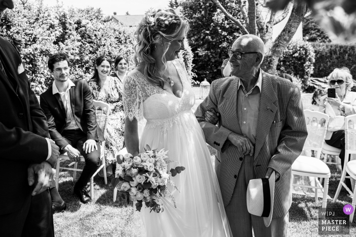 A top wedding photographer in Grand Est captured this picture ofthe bride and is grand father, 97 years old