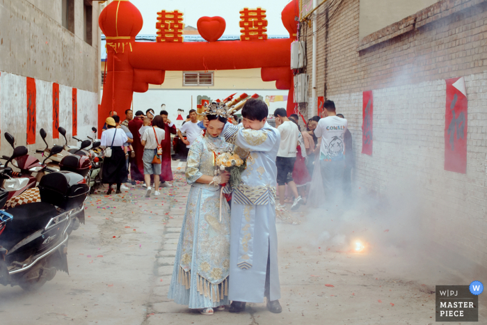 Shaanxi wedding photography of a New couple in the huge sound of fireworks