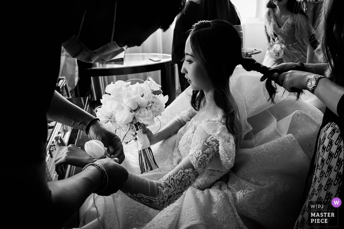 Beijing marriage preparation time award-winning picture capturing Getting ready in BW. The world's best wedding image competitions are held by the WPJA