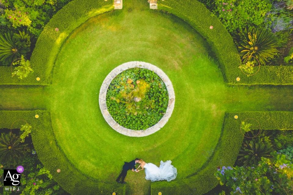 Luchtfoto drone portret van de bruid en bruidegom op de locatie tuinen commenda di San calogero