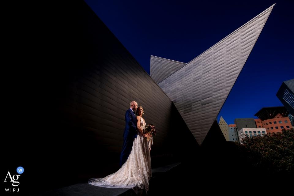 Denver Art Museum-Hochzeitsporträt der Braut und des Bräutigams in im Stadtzentrum gelegenem Denver