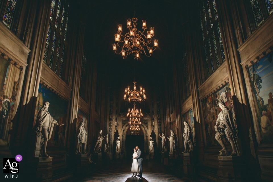 Hochzeitstagbild der Braut im Bräutigam in den Parlamentsgebäuden in London