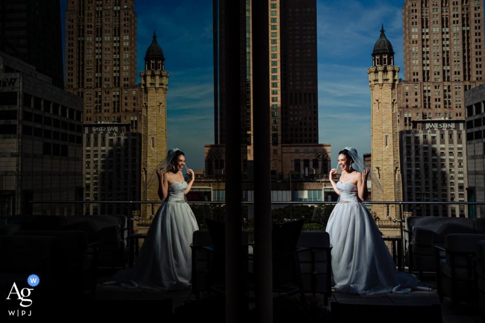 Peninsula Hotel, Chicago, photo de mariage d'une épouse sur un toit reflétant parfaitement la ville