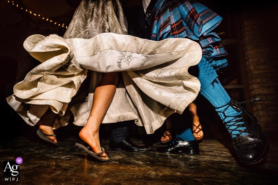 Folly Farm Centre, Bristol - Hochzeitsbilder der tanzenden Füße während einer Ceilidh bei einer Hochzeit auf dem Bauernhof