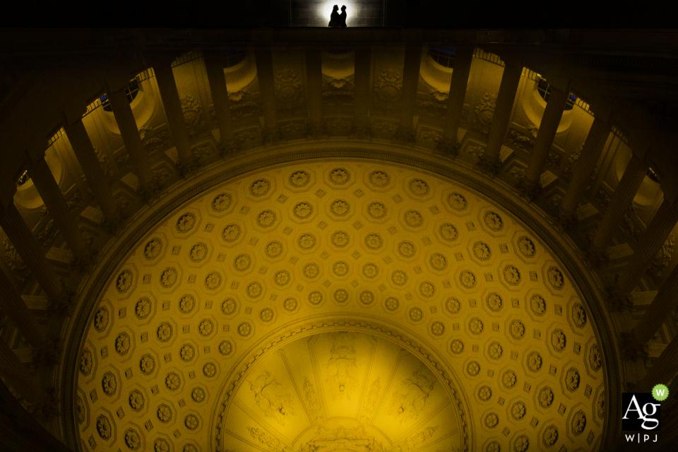 科幻市政厅天花板上的新娘和新郎的肖像