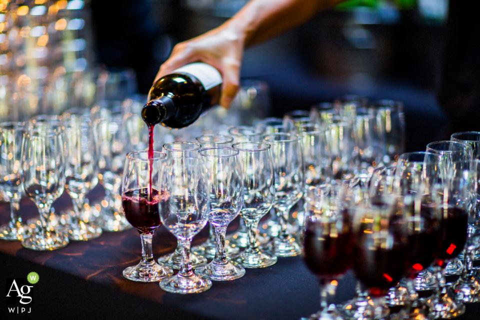费尔法克斯婚礼场地的鹿园别墅小贩照片| 准备鸡尾酒时间,倒很多酒