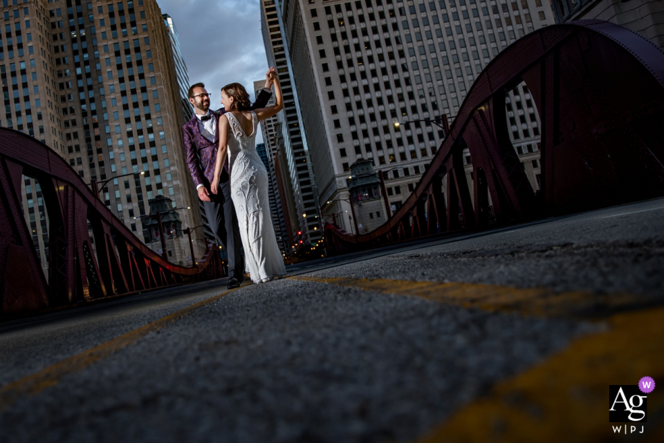 Portrait de couple de jeunes mariés sur un pont par leur réception à la rivière Roast à Chicago, IL