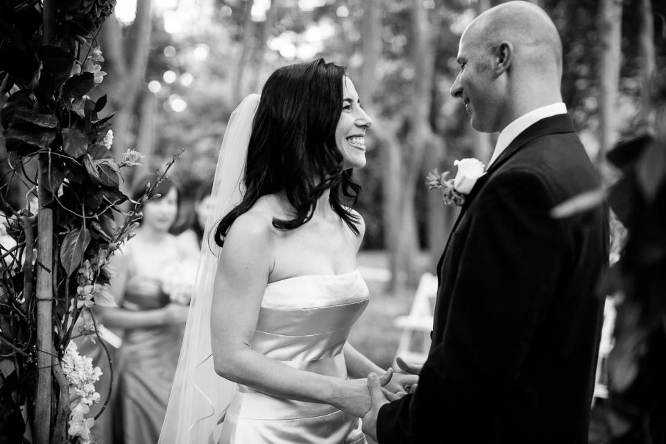 Los pares intercambian votos durante una boda al aire libre en Woodend en Chevy Chase, Maryland.