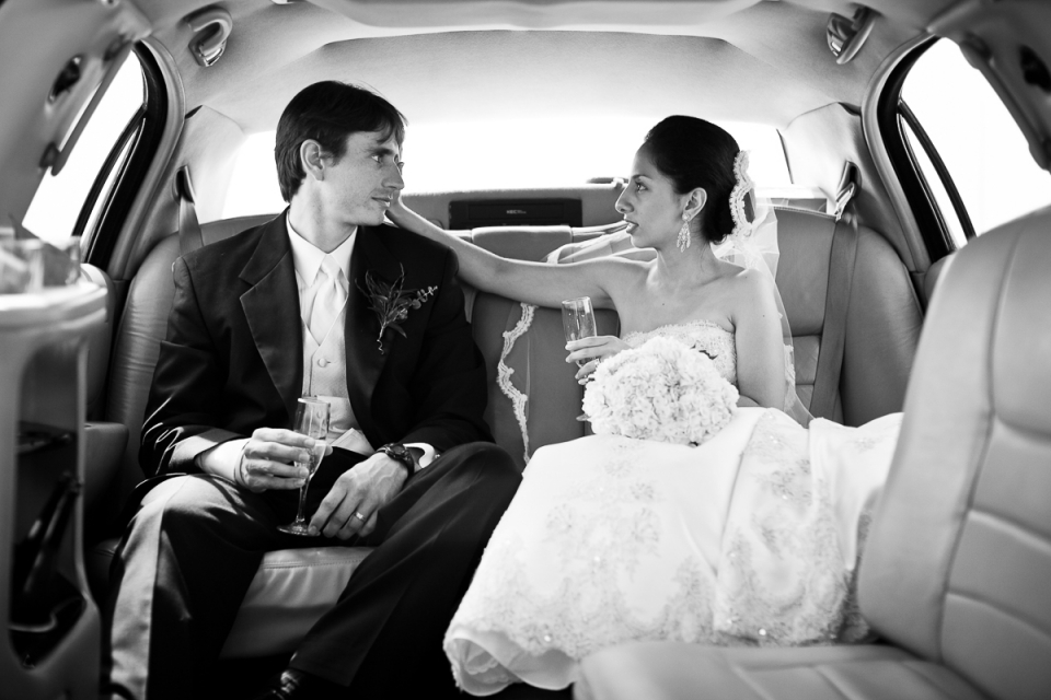 La novia y el novio viajan a la recepción de la boda en Perry Cabin en St. Michaels, Maryland