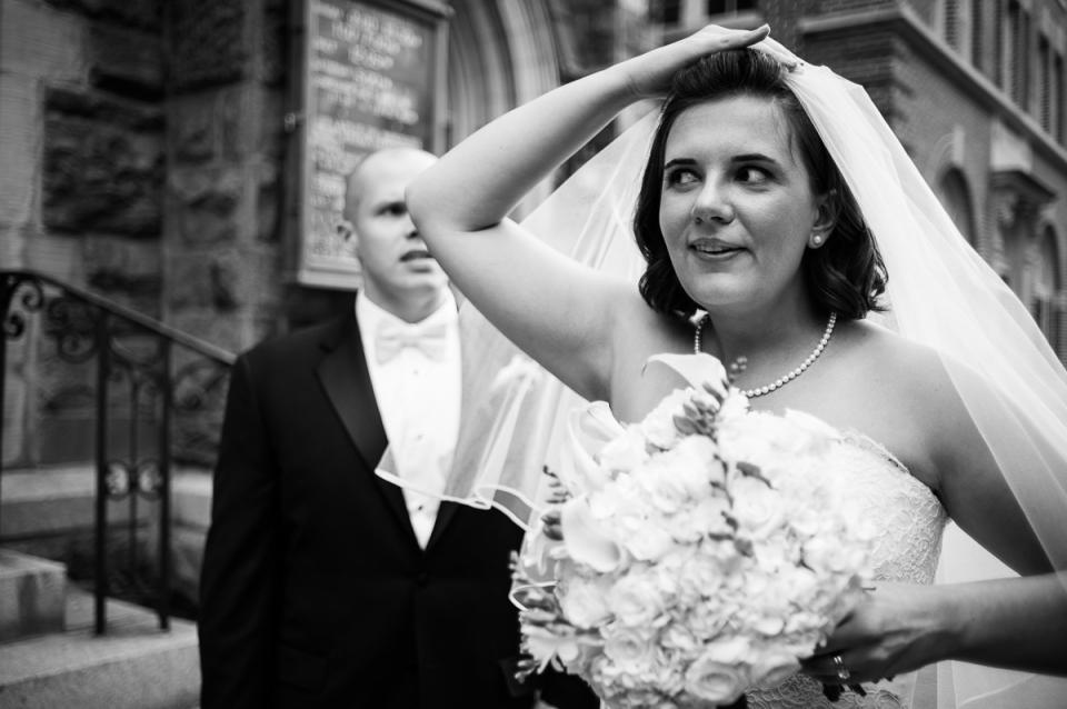 Państwo młodzi przy hotelu Monaco ślubem w Waszyngton, DC.