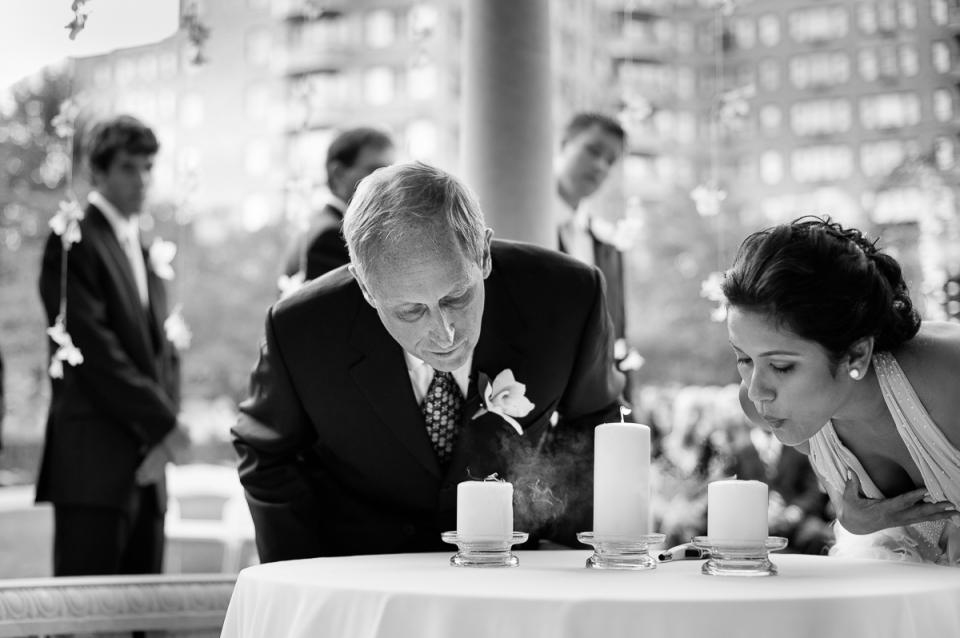 Pareja sopla las velas durante la ceremonia en la boda de Omni Shoreham en Washington, DC.