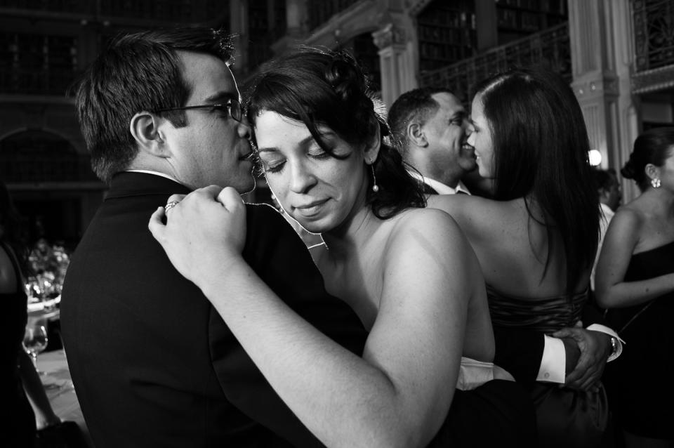 La novia y el novio bailan en la recepción de bodas de la biblioteca Peabody.