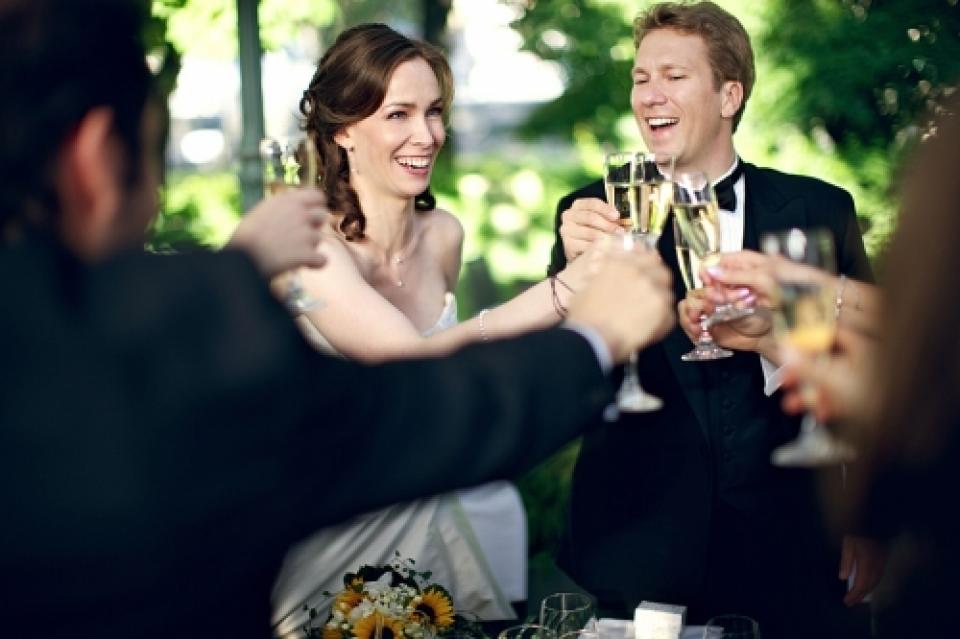 Bruiloft toast fotografie met bruid en bruidegom tijdens de receptie.