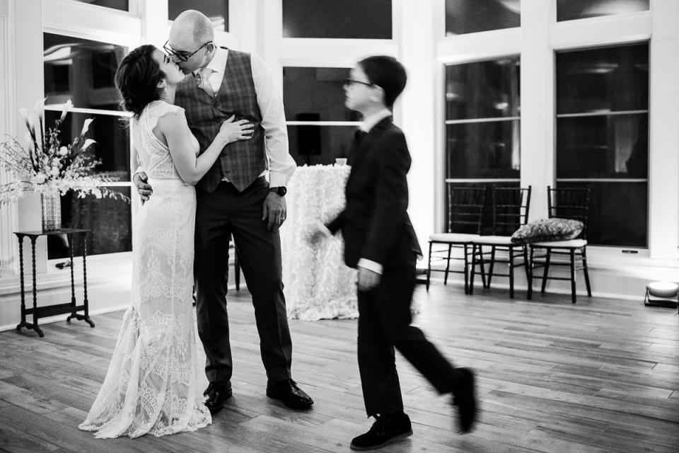 La novia y el novio con el hijo de la novia al final de la recepción de la boda en Great Oak Manor, Chestertown, Maryland.
