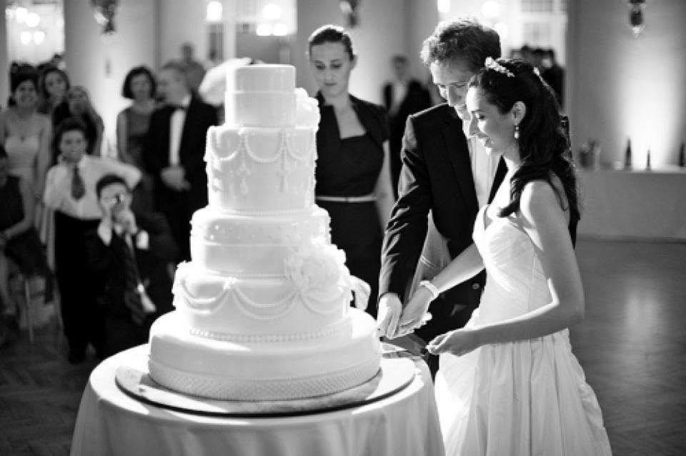 Europa Trouwfotografie voor Florence | Bruid en bruidegom snijden de taart