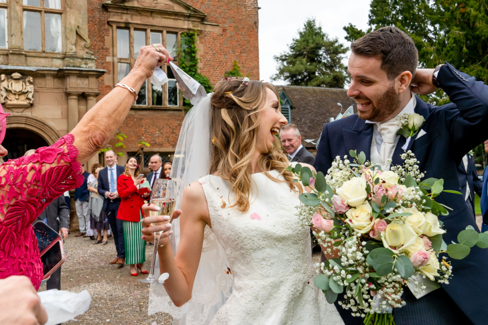 Bruiloftsfotografie in een herenhuis met een Confetti-viering na de ceremonie in Grafton Manor, Bromsgrove, Worcester, VK