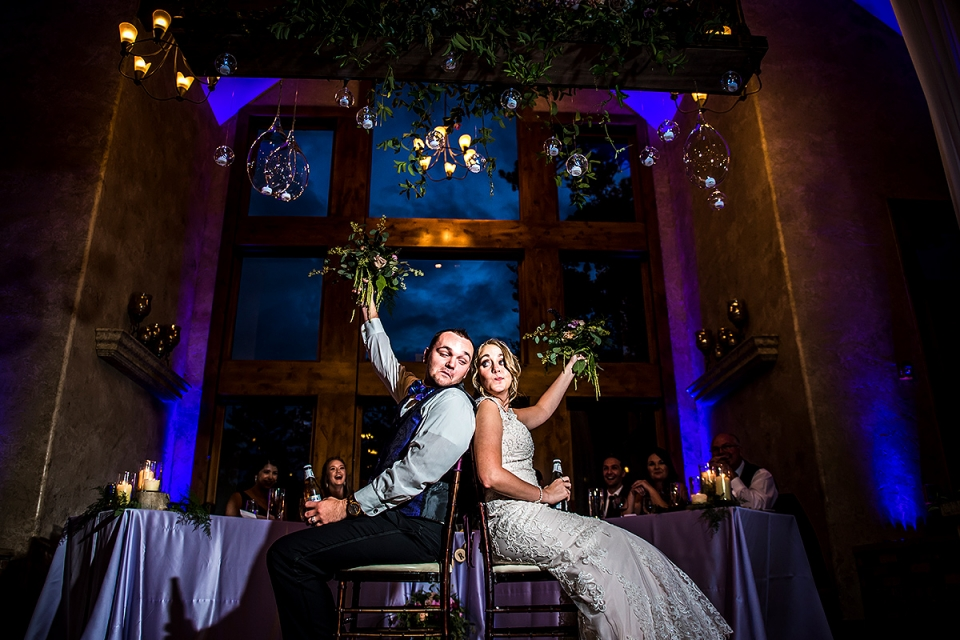 Bild des Braut- und Bräutigamschuhspiels   Della Terra Hochzeit   Estes Park Hochzeitsfotografen   J. La Plante Foto