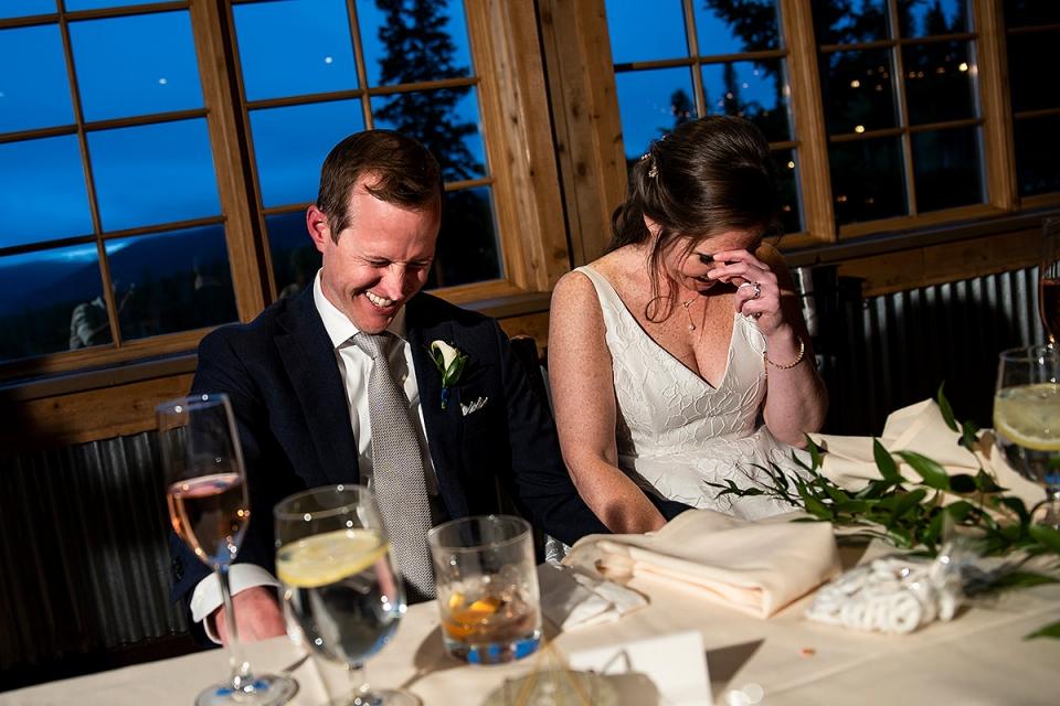 Foto von Braut und Bräutigam Toast auf TenMile Station   Breckenridge Hochzeitsfotografen   J. La Plante Foto