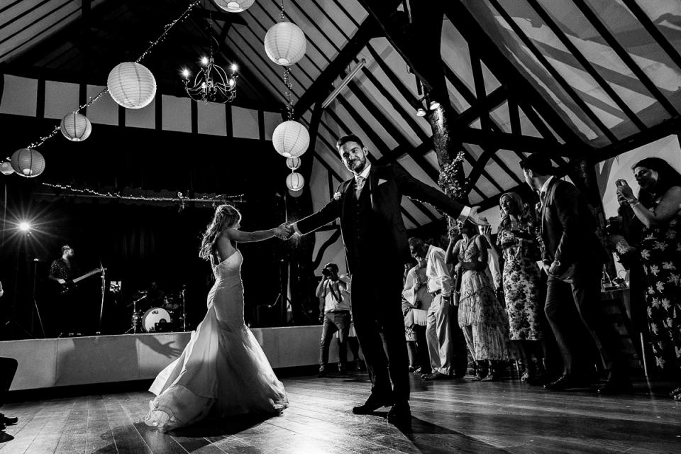 Eerste dansbeeld op de bruiloft van het dorpshuis in Kent, Chilham village wedding