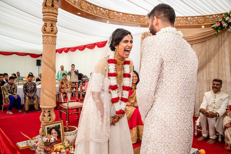 Hindoe huwelijksceremonie fotografie van een evenement onder een tent
