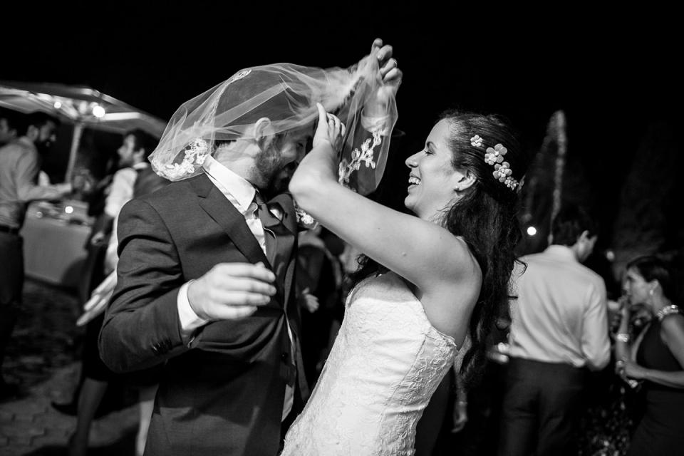 Chiesa di San Saba, boda en Roma Fotografía de la novia y el novio bajo su velo