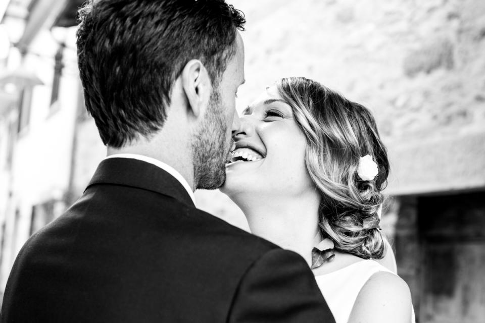câlin sincère le jour du mariage en Italie, Forlì-Cesena, San Piero in Bagno