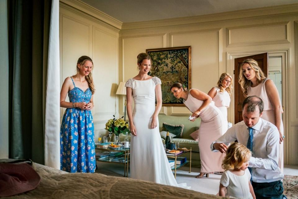 Braut und Brautjungfern, die am Hampden Haus - Hochzeits-Morgen-Vorbereitungen fertig werden