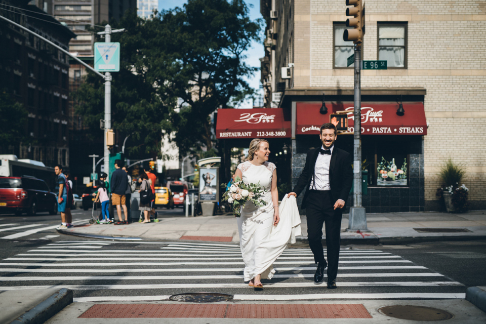 Le Yale Club of New York City photographie de mariage d'un couple traversant la rue