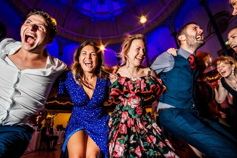 Baile de bodas en Round Chapel London - Invitados de boda bailando