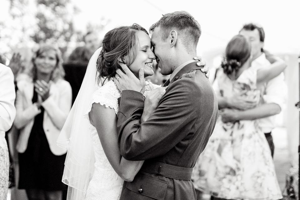 Bacton, Norfolk, UK bruiloft reportage afbeelding van bruid en bruidegom kussen