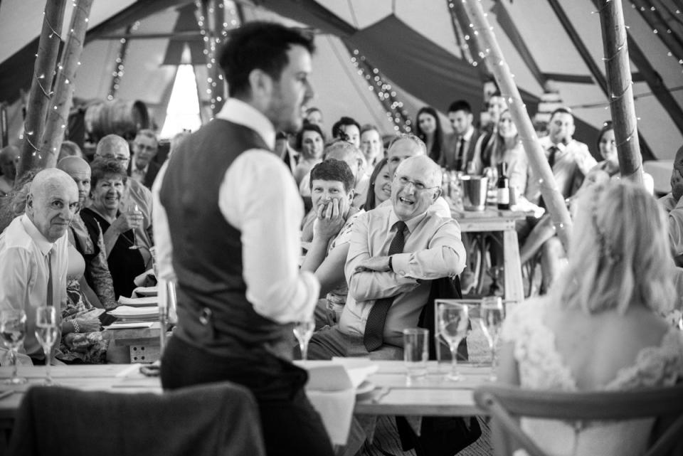 Le marié parle lors de la réception de mariage à Bringewood, Ludlow | Nick Brightman Photographe de mariage