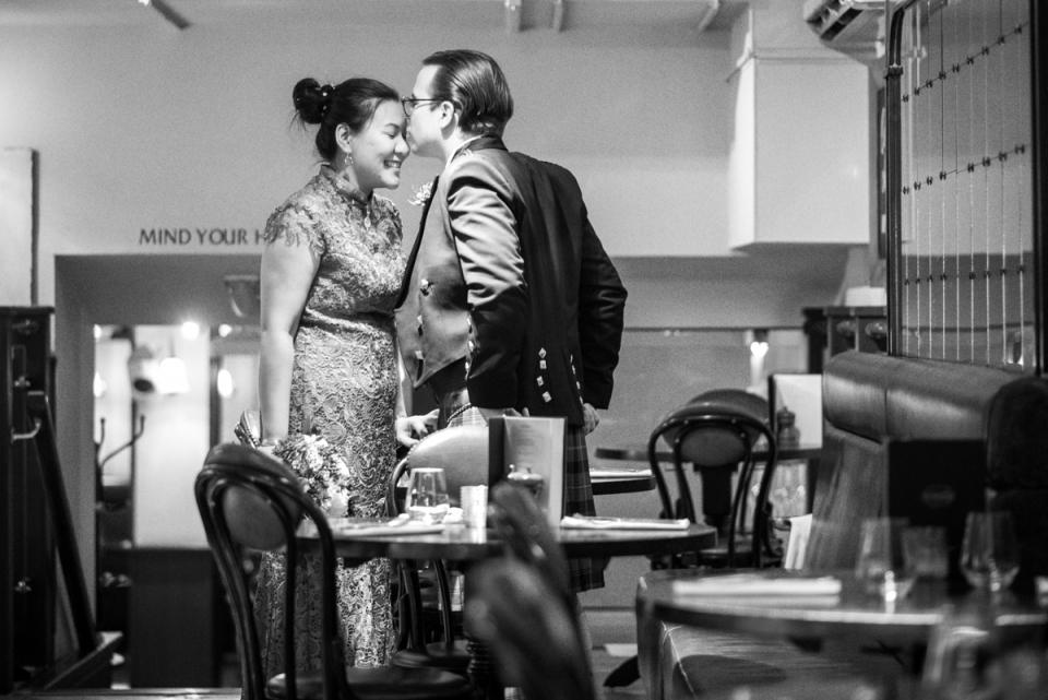Huwelijksfotografie in de Millenium Art Gallery, Sheffield Town Hall | Paar zoenen op een privé moment