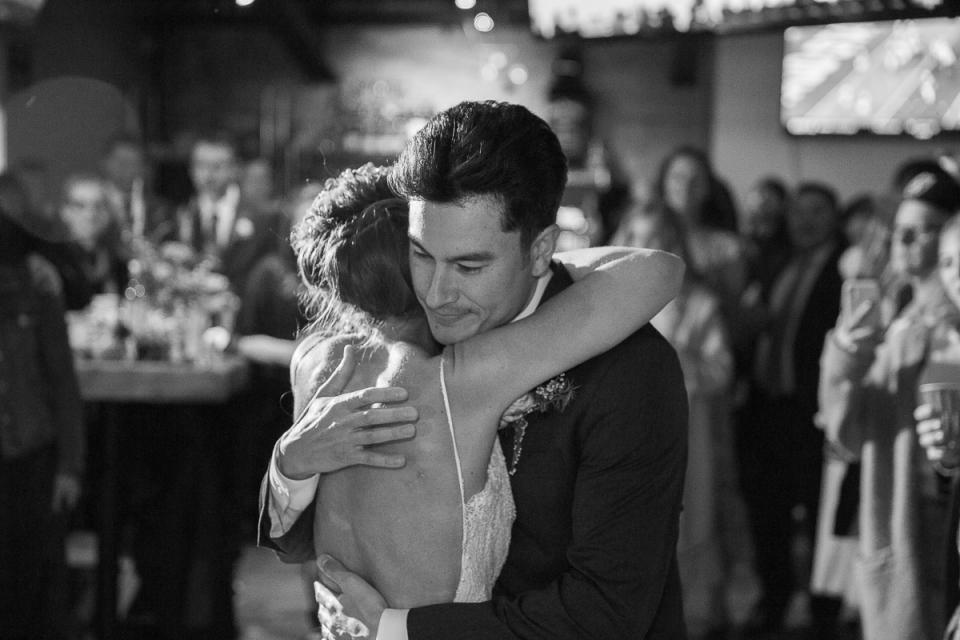 Emotioneel eerste dansmoment - Fotografie van de bruiloft bij Pick 6 Tahoe in South Lake Tahoe, CA
