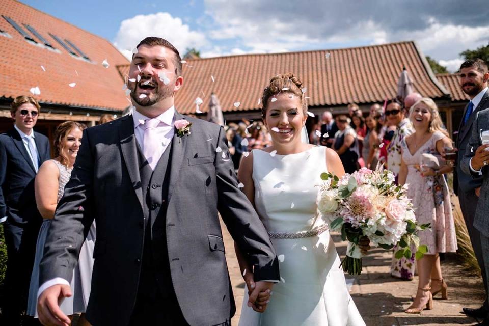 Easton Grange-trouwfoto van de bruid en bruidegom na de ceremonie.
