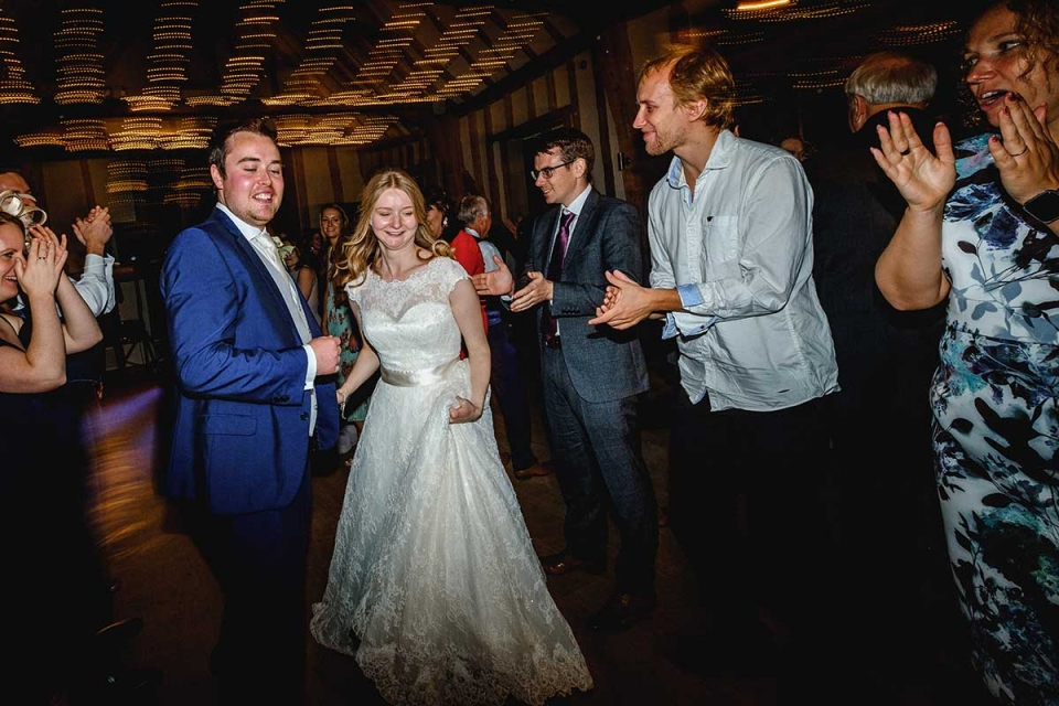 Easton Grange trouwfoto's van de dansende bruid en bruidegom.