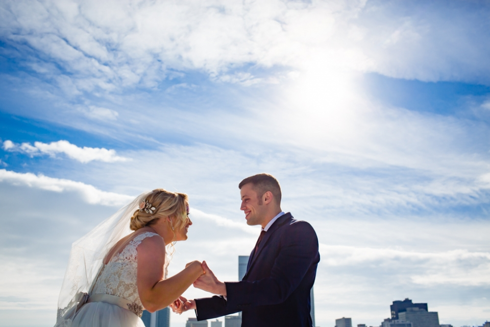 Photo de cérémonie de mariage en plein air à l'Omaha Design Center