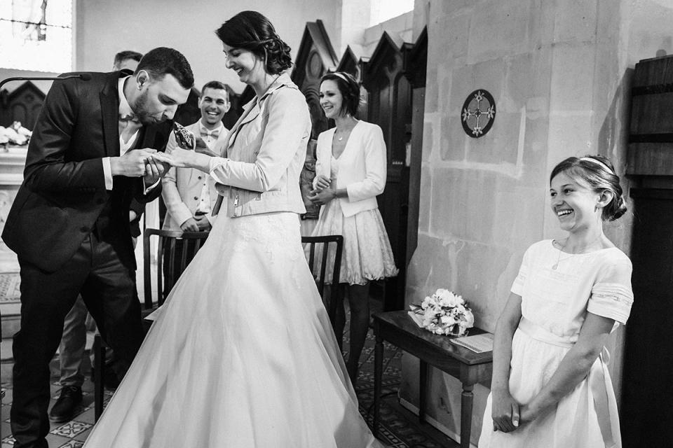 Huwelijksfotografie van de bruid en bruidegom tijdens een katholieke ceremonie - Jeremy Fiori