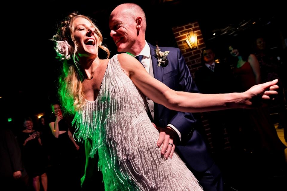 Braut und Bräutigam tanzen   Ironworks Denver Hochzeit   Denver Hochzeitsfotografen   J. La Plante Foto
