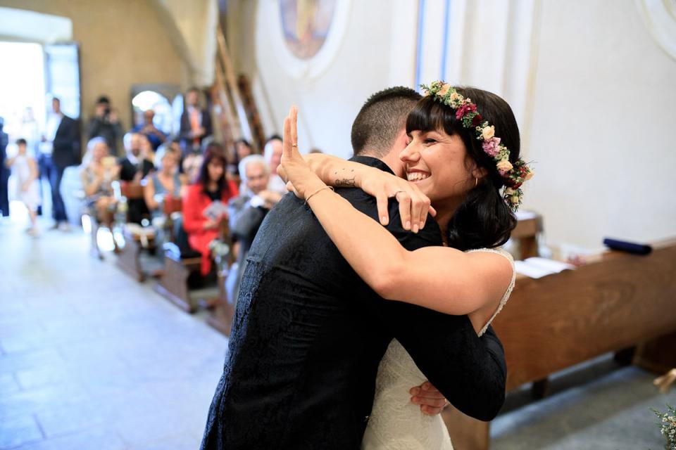 Agriturismo Al Motto, Verbania, Italië huwelijksceremonie afbeelding van de bruid die haar ring controleert