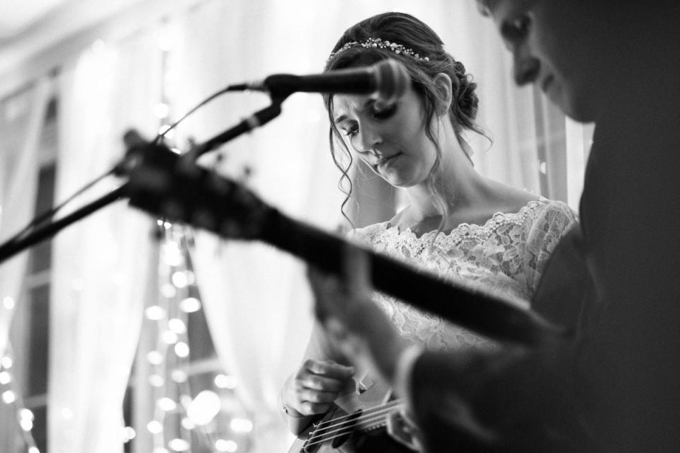 Woodstock Inn Station & Brewery Huwelijksfotografie - Bruid en bruidegom Optreden voor hun bruiloftsgasten