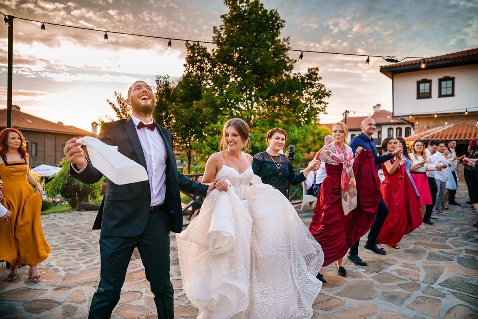 Bulgarien Braut und Bräutigam, die draußen durch Hochzeits-Fotografen Bozhidar Krastev feiert