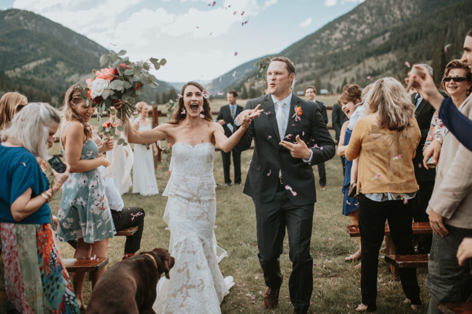 Fotograf z ceremonii ślubnej na świeżym powietrzu w Iowa uchwycił uroczystość pary młodej na tym kolorowym obrazie.