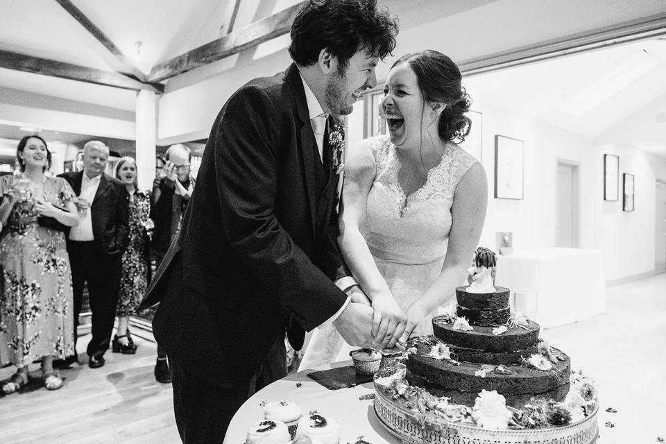 Paar snijden hun bruidstaart in Easton Grange, Suffolk gefotografeerd door locatie aanbevolen fotograaf Dominic Whiten