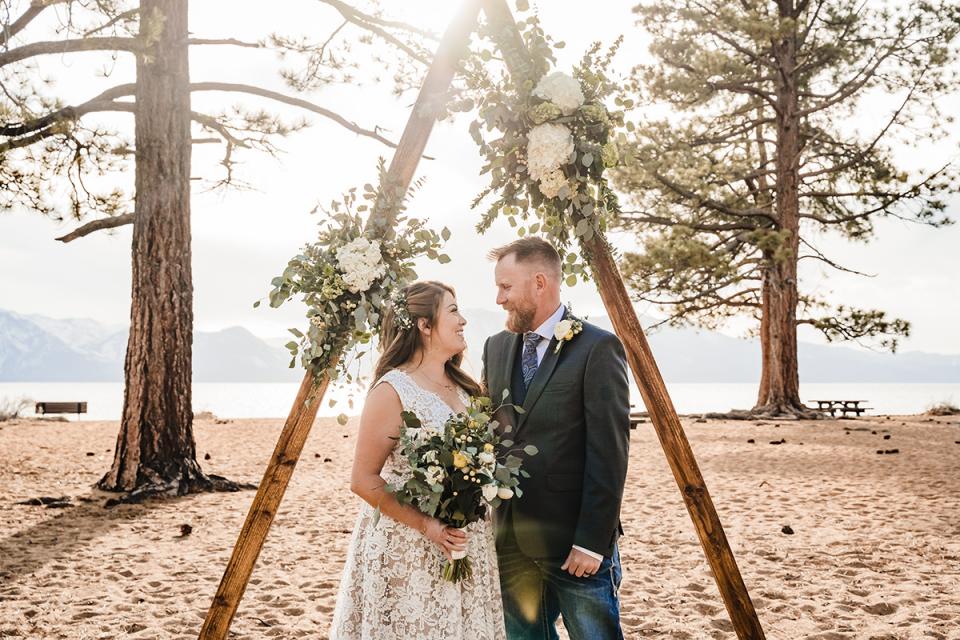 Les mariés se regardent avec joie juste après leurs vœux de mariage